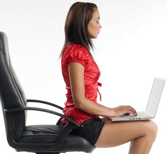 Ngồi thẳng lưng giúp làm ngực không bị chảy xệ hiệu quả