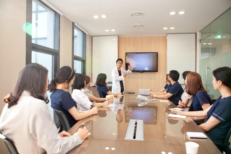 Bác sĩ Hàn Quốc trực tiếp trao đổi kinh nghiệm với các bác sĩ Kangnam