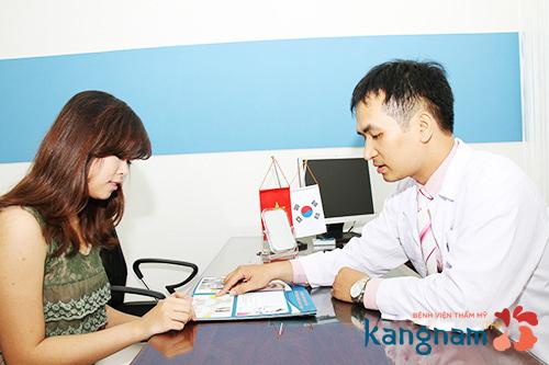 Bác sĩ tiến hành thăm khám cho khách hàng nâng ngực
