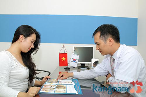 Bác sĩ tiến hành thăm khám mang  lại cho khách hàng hình ảnh ngực đẹp