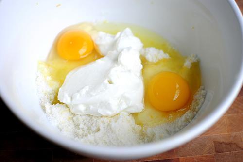 Bạn cho trứng gà, mật ong và sữa đặc vào trộn đều