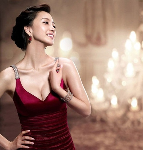 Phụ nữ trở nên quyến rũ và hấp dẫn khi có vòng 1 đẹp 1