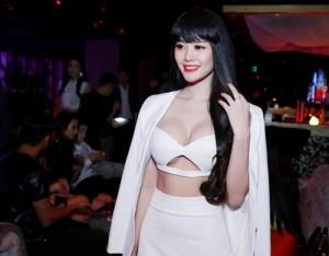 Sau nâng ngực, Á hậu Linh Chi ngày càng gợi cảm và cuốn hút