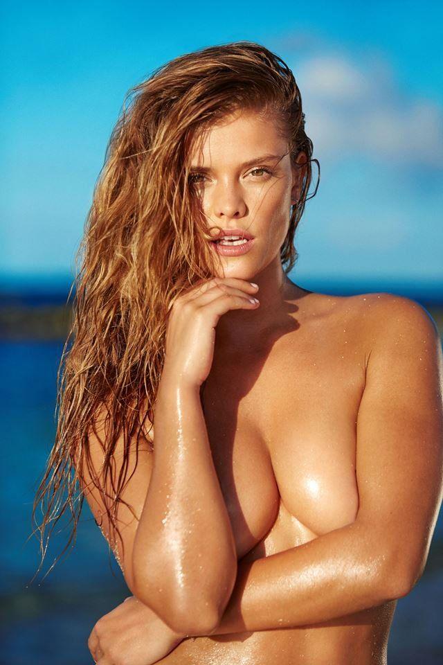 Cô là 1 trong những người sở hữu bộ ngực trần đẹp nhất thế giới