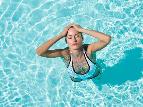 Bơi là cách làm săn chắc ngực tự nhiên hiệu quả