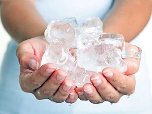 Massage ngực bằng đá lạnh là cách làm ngực to ra