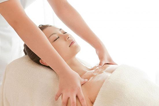 Sử dụng tinh dầu để massge nâng ngực