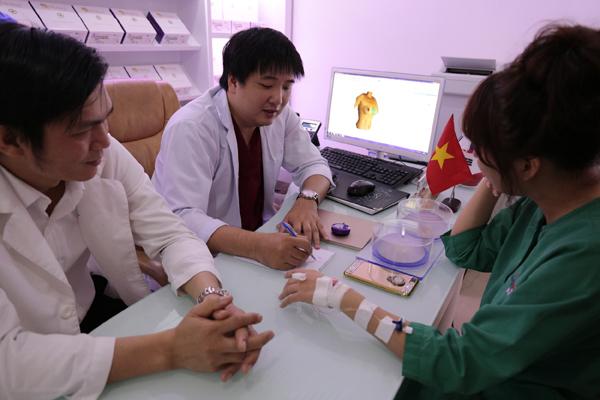 Bác sĩ thăm khám và chỉ định túi độn cho Phi Thanh Vân1