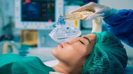 phẫu thuật nâng ngực chảy xệ có đau không?