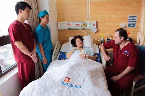 Trực tiếp chuyên gia của hàng túi ngực Motiva đã tới thăm khám và trò chuyện với Phi Thanh Vân1