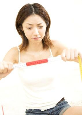 """""""Tát"""" mạnh vào ngực có thể giúp tăng size vòng 1! 1"""