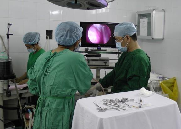 Các bác sĩ thực hiện nâng ngực Y-line tại bênh viện