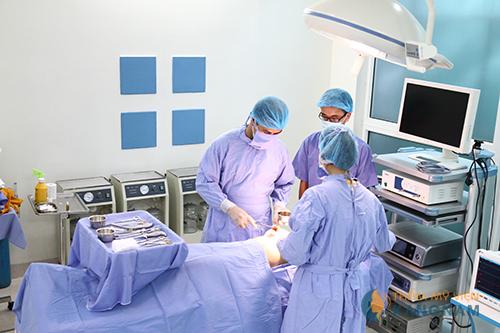 Tiến hành phẫu thuật thu gọn vú phì đại tại bệnh viện, an toàn tuyệt đối