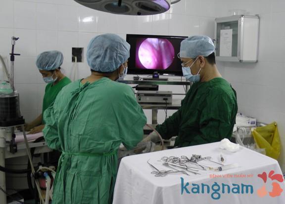 Kangnam phẫu thuật nâng ngực chảy xệ có để lại sẹo không