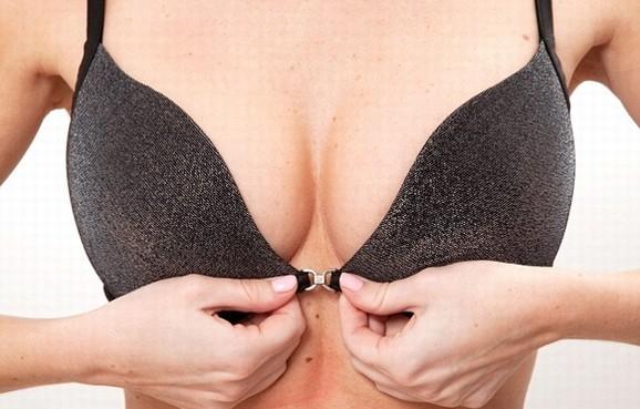 Cách khắc phục khe ngực rộng bằng áo ngực có đệm dày