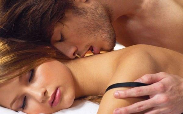 Nên tránh tư thế nằm sấp khi quan hệ sau nâng ngực1